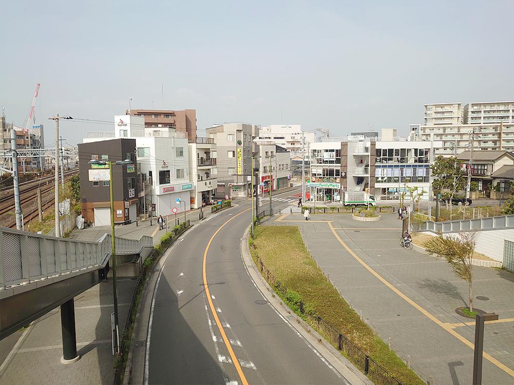 駅前の歩道橋の上からの眺め